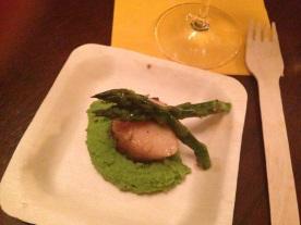 Seared scallop, pureed peas & asparagus